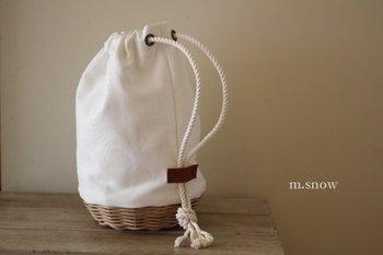 可愛らしい雰囲気になりがちなかごバッグですが、帆布とコーヒー染めをした籐かごを組合せると、どんなスタイルにも合わせやすいかっこいいイメージに!