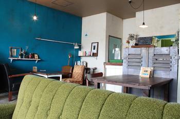 青一色の壁や年代物のインテリアが印象的な、パンケーキをメインとする小さなカフェ。 独特の雰囲気が乙女心をくすぐります♡
