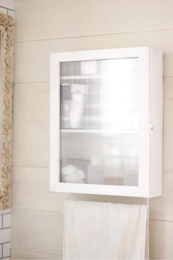 白一色で統一されたサニタリーの収納は、100均素材で作った「キャベツボックス」に目隠し効果のあるポリカーボネート(プラスティック板)の扉とセリアの「アイアンバー」をプラスしたもの。中には棚板を3枚追加して。ホワイトで塗装すれば、見た目もスッキリとして清潔感がありますね。