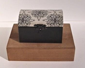 イラストをコピーした紙をコーヒー染めて、貼り付けたアクセサリーボックス。アンティークの宝箱みたいで、開けるたびにワクワクしそう♪