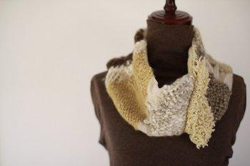 コーヒーやローズマリーで先染めした羊毛で編んだスヌード。自然素材の色が織りなす優しい雰囲気は、気持ちまでほんわかと緩めてくれそう◎