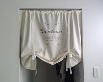 リボンをつけて、長さを調節できるように作られたデザイン。