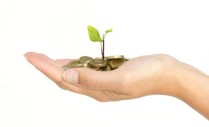 貯金しながらお金を増やしたいという方には、個人年金あるいは資産形成のできる変額保険を利用しましょう。生命保険の性格もあり、外貨で運用するのかなど自分で運用方法を選ぶことができます。収支報告も自らその都度チェックでき、満期になれば年金としても受けとることができます。もちろん、運用によってのリスクはあるのでよく吟味しましょう。年末調整や確定申告時に控除もありますので、個人年金や資産形成の保険も賢く貯める良い方法です。