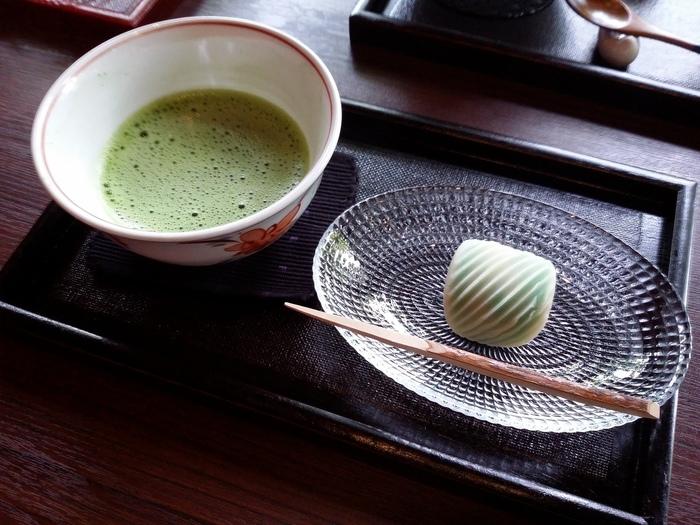 他にも、見た目も美しい生菓子と抹茶も人気があり、四季折々に変化する景色と、季節感あふれるお菓子に何度も足を運びたくなりそう。