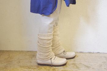 シルク100%のレッグウォーマー。 内側と外側で、織り方の違う二重の生地を使用。ふんわりとした履き心地で、ふくらはぎや足首を温めながら優しく包みます。