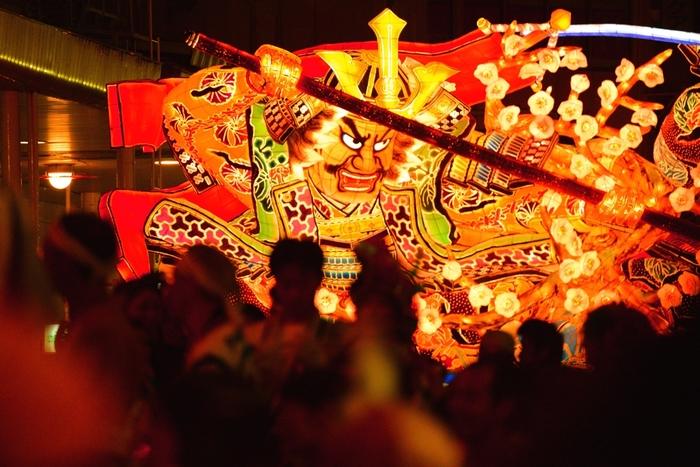 毎年8月2日〜7日にかけて青森市で開催され300万人以上の人が訪れる東北地方で最大の夏祭りです。巨大な人形が街中を駆け巡る姿は大迫力ですね。