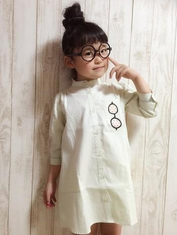 シンプルな立ち襟のコットンシャツワンピ。ワンポイントに合わせた丸メガネとお団子にしたヘアスタイルが良くにあってますね! ミニ丈がかわいらしいシャツワンピでコーディネイトするママのファッションは・・・