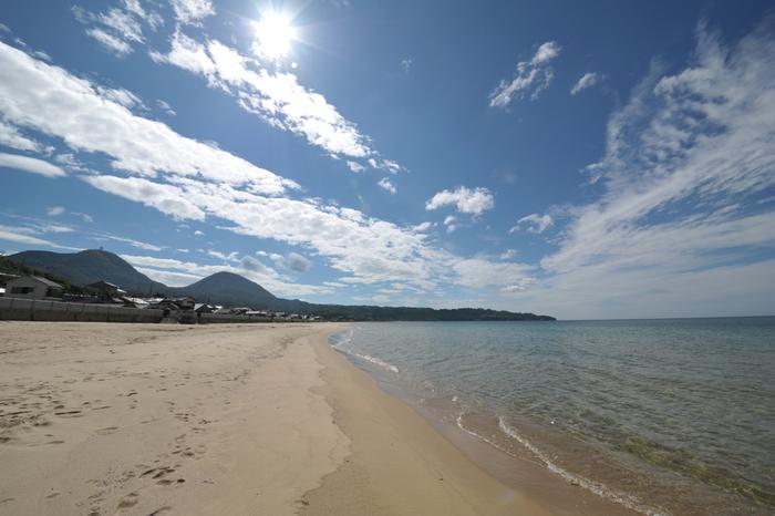 """JR馬路駅から歩いて5分ほどの島根県の大田市に2キロに渡って広がる琴ヶ浜海岸があります。ここでは日本の""""音風景100選""""に選ばれた「鳴き砂」といわれる音を体感する事が出来ます。砂浜を歩くと「キュッキュ」という音がするのですが、砂がキレイでないと音はならないという事なので、美しい海岸も一緒に楽しむのにもよさそうですね。"""