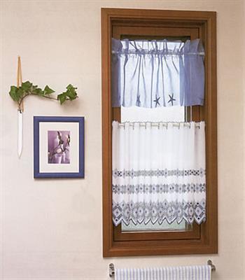 高さのある窓には2つ並べてもいいですね。2つの色柄を異なったものにするとお洒落度もアップします。