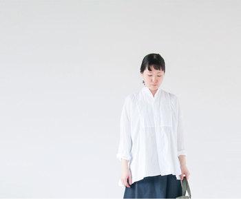 きちんと感を演出してくれるシャツは1年を通して大活躍のアイテムですが、この夏気になるのが、ゆったりとしたオーバーサイズ気味のシャツ。定番のシャツとは違う、ふんわりとしたシルエットがコーディネートを新鮮にしてくれます。