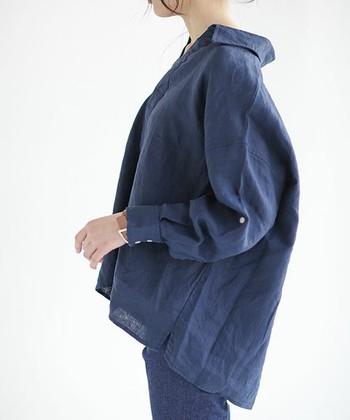 """ここで言う「オーバーサイズ」とは単にダボッとしたシャツのことではなく、バルーンのように美しい曲線を描くタイプや、襟がうしろに抜けるタイプなど、細部にまでこだわり抜いた女性らしい""""ふんわりシャツ""""のこと。ゆったりシルエットが肩幅を隠してくれたり、手首の細さを強調してくれたりと、華奢見え効果が期待できる優秀アイテムです♪  ここでは、おすすめのブランドと""""ふんわりシャツ(ブラウス)""""を取り入れた夏のコーディネートをご紹介します。"""