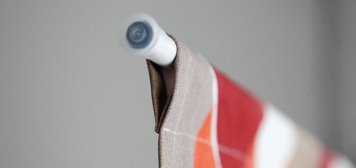 作り方の手順についてもご紹介。 【手順】 ①生地の両脇を1cmほど折り込んで縫いあげます。 ②生地の下部分も同じく1cmほど折り込んで縫います。 ③最後に生地の上部分に通し穴を作ります。突っ張り棒が通るよう、少し余裕をもって縫いあげます。突っ張り棒の太さによって大きさが異なるかと思うので、調節して縫ってくださいね。 ④突っ張り棒に生地を通して完成。  ※ ちなみに①②は、布の裁断された部分(糸ホツレなど)が気になる場合のみ必要な作業。特に気にならない場合は、省いてもOKです。
