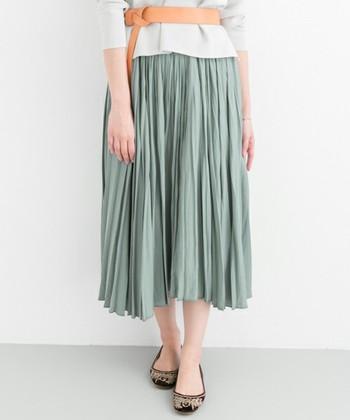 プリーツスカートと聞くと、きちんと感があって上品なイメージがありますよね。お嬢様コーデの定番アイテム?と思っている方もいるかもしれません。
