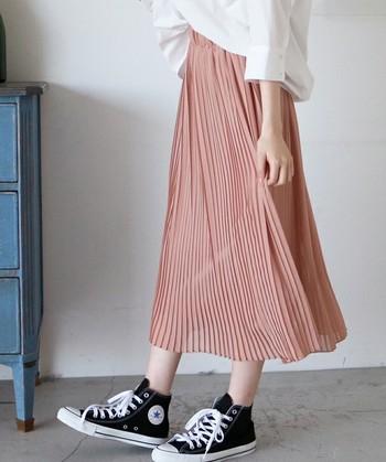 風にふんわり揺れる軽やかな素材感のプリーツスカートは、夏だからこそ挑戦したいですね。いろんな柄、いろんなカラーのものを集めて、気分に合わせてコーデを変えてみましょう。スカートは女性らしさを演出できるアイテムです。シンプルにまとめて今年っぽいおしゃれを楽しんでみませんか?