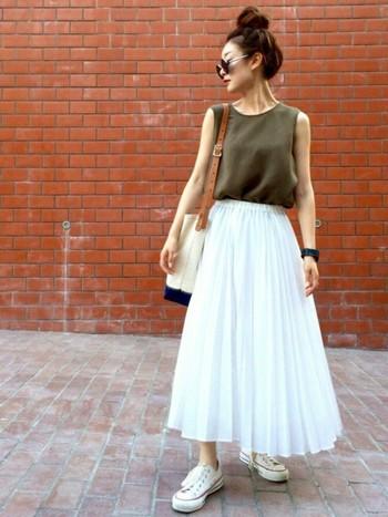 白のふんわりプリーツスカートは、カーキのトップスと合わせて甘さを抑えて大人っぽく着こなして。
