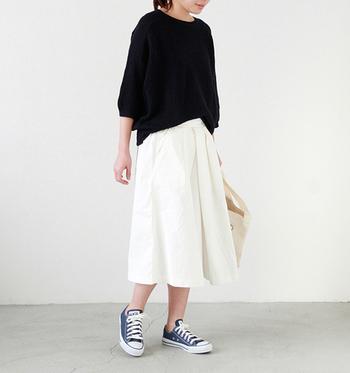 モノトーンの上品なスカートスタイルに、オールスターのローカットのネイビーを合わせて、さり気なく色をプラスしています。