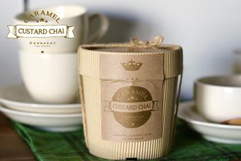 「キャラメルカスタード・チャイ ティーバッグ10個入」  一見、お茶が入っているなんてわからないくらい素敵なパッケージ。うっとりするようなバニラとキャラメルの甘い香りに包まれてほっこりしてくださいね。 ※季節により、取扱いをお休みされている期間もあります。