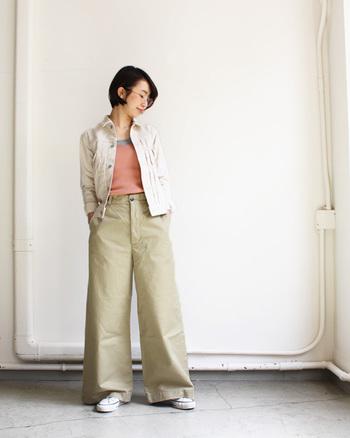 ワイドパンツにホワイトのデニムジャケットを羽織ったスタイル。メンズライクなカジュアルアイテムは、色使いで女性らしく着こなして。