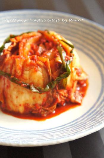 今や家庭の冷蔵庫にあるという方も多いのではという韓国のお漬物、キムチ。でも、実際漬けたことがある方はまだ少ないのではないでしょうか。キムチの作り方を知れば結構簡単と思うかも。自分で漬けれるようになれば、辛さなど自分好みに調整できるのでおすすめです!