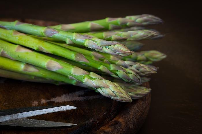 アスパラガスの原産地は南ヨーロッパ近辺といわれており紀元前から栽培されていたようです。日本に登場したのは江戸時代。でもそのときは観賞用としてもたらされ、食用になったのは明治時代からだそうです。