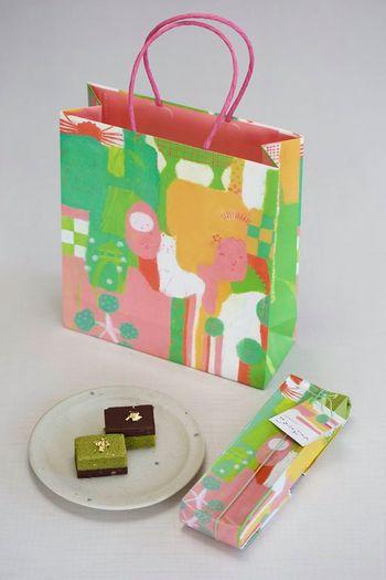 こちらのお菓子は、商品名の金沢おもたせからも分かるように、お土産やおもたせとして人気があり、パッケージもこんなにキュート。金沢の店舗で購入すると、同じ柄の紙袋に入れてもらえるので、金沢のお土産に迷ったらぜひ帰りがけに金沢駅の百番街に立ち寄ってみてはいかがでしょうか。