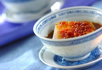 生姜やザーサイ、黒酢やごま油をひと煮立ちさせて豆腐にかけます。ピリッとした中華風もオツなもの。