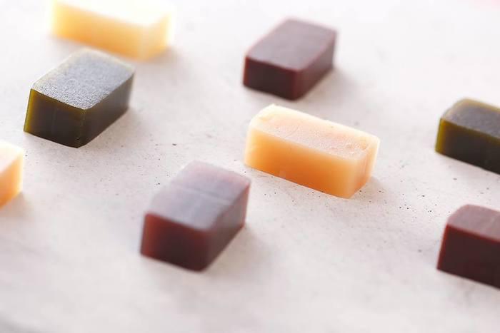 ようかんなのにまるで生チョコのような「カカオチョコ」「ホワイトチョコ」や、香りと食感も楽しい「ピーナツバター」に、抹茶の香りがホッとする「こいちゃ」。懐かしい素朴な甘さの「あずき」など、いくつでも食べたくなる「たろうのようかん」。