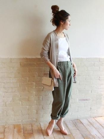 ベイカーパンツを、パステルピンクの足元で女の子らしく着こなして。スニーカーで合わせるより、ずっと洗練された印象です。