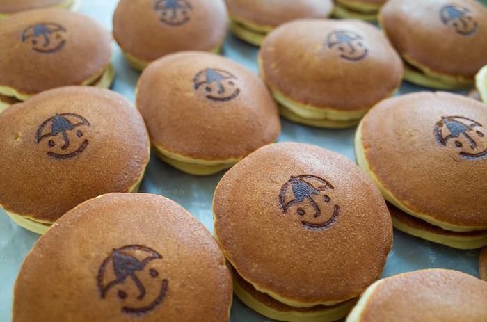 地元産のコシヒカリの粉と餅粉で焼いた皮はモチモチ。そして中身の粒餡はあっさりとした「お天気どらやき」。傘と笑顔が組み合わさった焼印も可愛らしく、雨の日のおやつタイムに出せば、食卓が明るくなりそう。