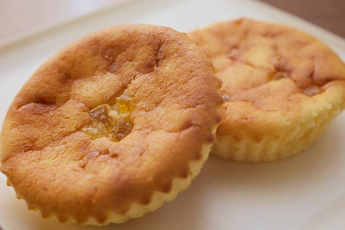 地元産のコシヒカリ粉が使用されているチーズケーキ「米粉チーズ」。柚子ピールの香りも良く、他にも小豆など和の素材がしっかり感じられる和のさわやかなケーキです。9月~12月の期間限定商品なのでお見逃しなく!