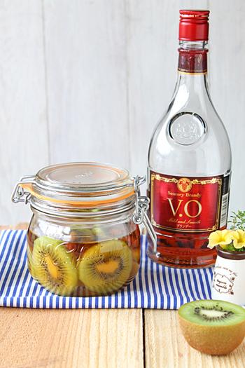 キウイ酒(キウイフルブラ)の場合は、レモンを加えると爽やかな仕上がりになります。色もきれいで、毎日様子を見るのも楽しみです♪
