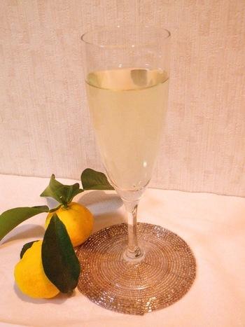 ゆず酒は果実と皮を漬け込みますが、皮は一番上に漬けて、1週間から10日で取り出します。飲み頃は3か月後。とっても爽やかな味わいです♪