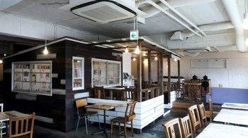 こちらは、ポップアート作家の奈良美智さんがプロデュースした「a to z cafe(エートゥゼットカフェ)」。表参道駅から徒歩3分ほどの所にあるビルの5階で、お子様連れも可◎