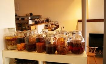 色んな種類の果実酒。並べて置くのも圧巻ですね。次は何を作ろうかな~と考えながら、毎日違う味を楽しむのもいいかもしれません。