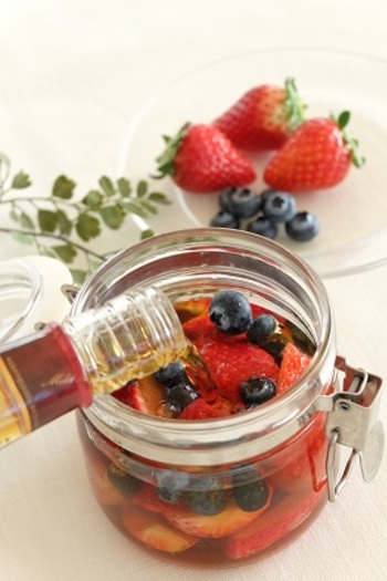 果物は1種類だけでなく、数種類組み合わせてもOK!こちらはイチゴとブルーベリーの果実酒。見た目にもキレイな組み合わせですね。
