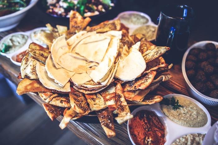 タコスとはメキシコ料理で、正式にはtaco。普段私たちが呼んでいる、Tacosは複数形ですね。皮の原料はコーンの粉であるのが特徴です。パリパリとしたハードな皮が馴染み深いかもしれませんが、ソフトなタイプもあります。