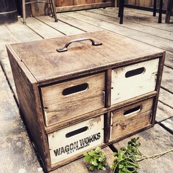 100均の木箱を引き出しにしたオシャレな収納BOX。木箱のサイズに合わせて、木で外枠が作ってあります。引き出しを自作するのはとても難しいので、木箱を活かすナイスなアイディアです。
