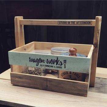 こちらは側面に隙間があるタイプの木箱で作った収納BOXです。工具を入れたり、カトラリーを収納したり。ハンドル付きで持ち運びも楽ちん!ナチュラル&爽やかなペイントも素敵ですね☆