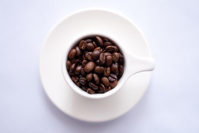 コーヒー酒は、ホワイトリカーや焼酎などに漬けてもおいしいですが、ラム酒に漬けたものもおすすめ。ミルクで割るとおいし いです。