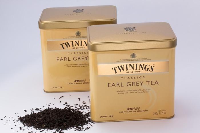 紅茶酒は、アールグレイの茶葉を焼酎に1ヵ月ほど漬け込んで出来上がります。ミネラルウォーターで割って飲むとおいしいそうです。甘みが苦手な方は、氷砂糖を控えめに。