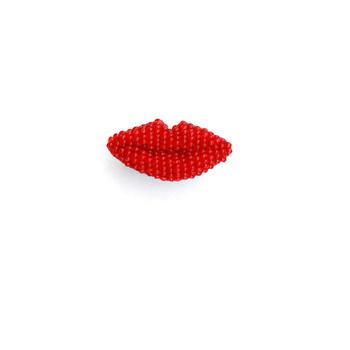 ぷっくりとしたフォルムが印象的な唇ブローチ。 表面にカットが入ったビーズを使用していてキラキラと輝きます。 吹出しブローチなどと組み合わせても相性抜群ですよ。
