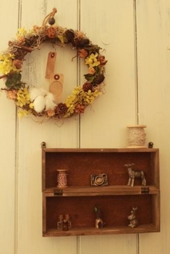こちらはコレクションケースの蓋を外して、縦に2つ繋げた可愛い壁掛けです。箱の中に飾られた小物もとってもお洒落♪