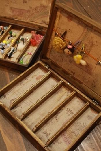 箱の中に仕切りを作ると、こんなに素敵なヘアゴム用の収納ケースも作れちゃいます。BRIWAXを塗ったアンティークな感じも素敵ですね!