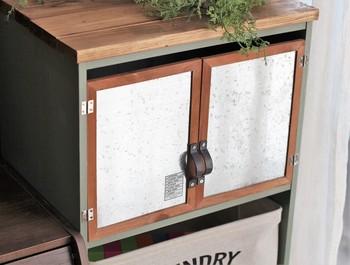 カラーボックスに扉があったらいいな、と思うことはありませんか?なんとセリアの「ブリキフレーム」が、アイリスオーヤマのカラーボックスの扉にピッタリだったそうです。これなら簡単に取りつけられますね。