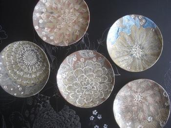 完成する作品は本物の陶器のよう。手びねりや手動ろくろなどを使って作ります。