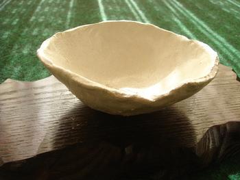 こちらは手びねりで作ったお椀。手びねりとは、指先でつまんで伸ばしかたちを作っていく手法です。初心者でも簡単に作れちゃいます。