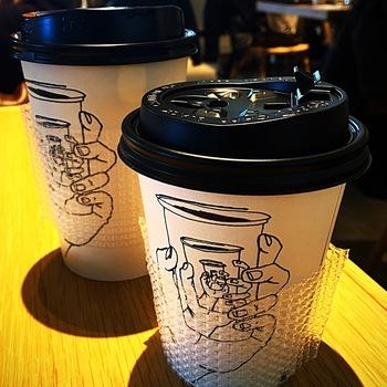 鎌倉の有名店であるカフェ・ヴィヴモンディモンシュの堀内隆志さんがラカグの為に焙煎するコーヒーは是非飲んでみて。 カップもアートしていますよ。