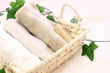(4)すすぎ残しのないよう、ぬるま湯できれいに顔をすすぎ、いつも通りにスキンケアをして完了です。使い終わった手ぬぐいは、手でしっかりと洗って干しましょう。