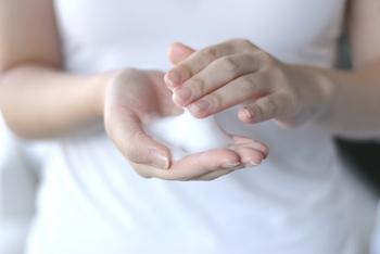 (1)手ぬぐいをぬるま湯につけて軽く絞り、手ぬぐいの上で固形せっけんをよく泡立てます。