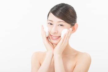 (3)手ぬぐいを手に持ち、顔の上でくるくると動かしながら、なでるように洗います。 小鼻のわきやあごなど皮脂がたまりやすい部分は、指先に手ぬぐいを巻きつけて優しくなでると、細部の汚れも落ちやすくなります。力加減を指先に感じることができるので、こすりすぎることがありません。